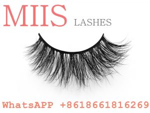 women shuying 3D mink eyelash